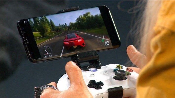 Inside Xbox 節目裡展示將 Xbox One 手掣以藍牙連接 Android 來玩賽車遊戲《 Forza Horizon 4 》