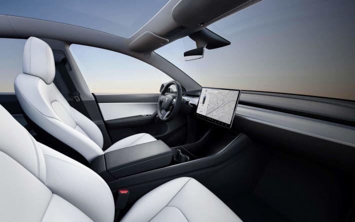 Model Y 車身內櫳較 Model 3 寬敞,同樣採用 15 吋觸控屏幕控制全車功能。