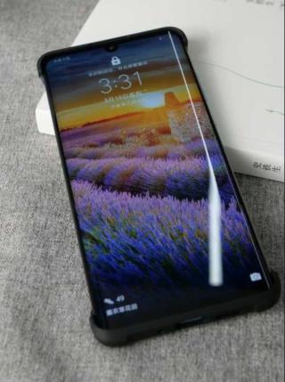 網上流出疑似 P30 Pro 的實機相,可見用上雙曲面屏幕,並備屏下指紋感應功能。