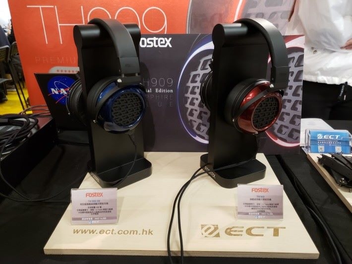 左邊藍色的就是 Fostex 特別版旗艦頭戴式開放耳機 TH 909 SB,日本製全球限量 300 隻。