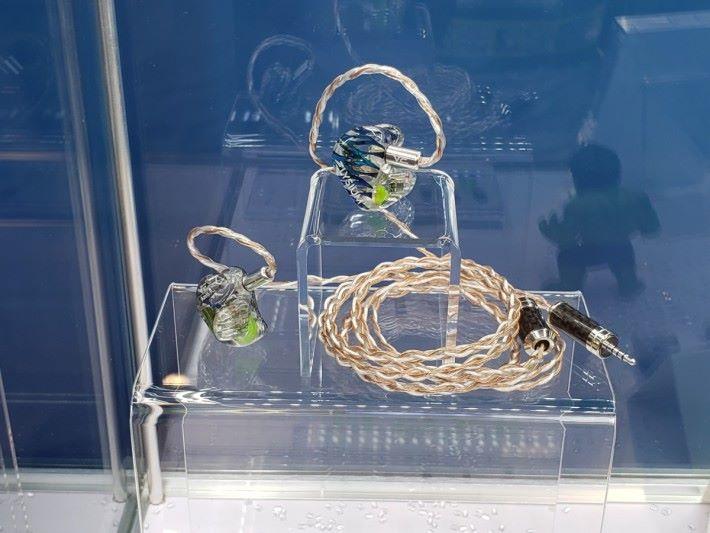 仲未有得賣的 Elysium CM耳機,外款設計夠搶眼。