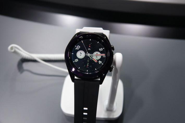 新的 Watch GT 42mm 錶面較細,主打女生市場,其錶圈以陶瓷製成,外觀優雅。