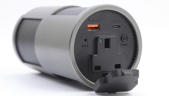 三腳輸出可以幫大家在戶外提供電力,最大支援 85W 的產品。