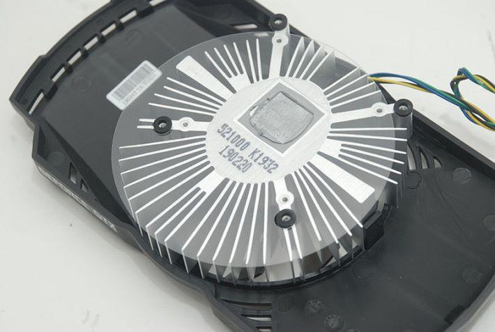 圖中可見散熱片上加入防塵用的膠片