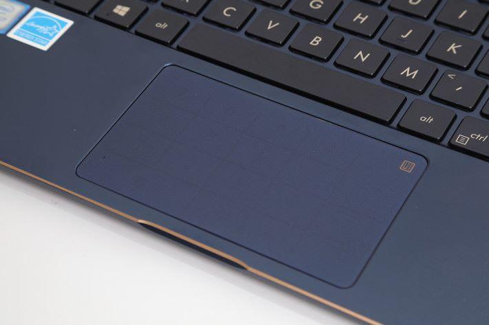 TouchPad 及 NumPad 二合一,而且五層玻璃下,靈敏度不俗。