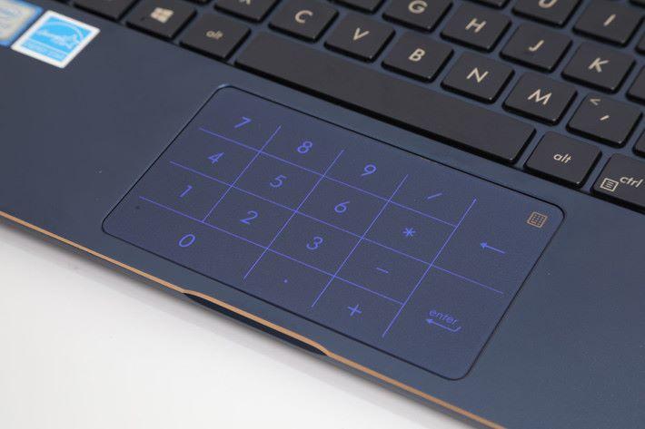 World Facing Camera 在鍵盤旁邊,反轉屏幕時可提供 AR 及 MR 等應用。