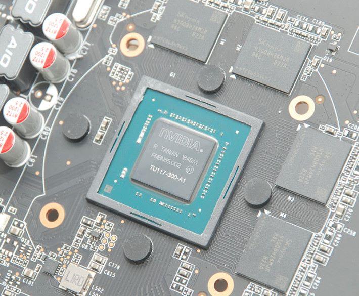 為了保護脆弱的 TU117 晶片,不但晶片加入黑色膠框,也有圓形軟墊。