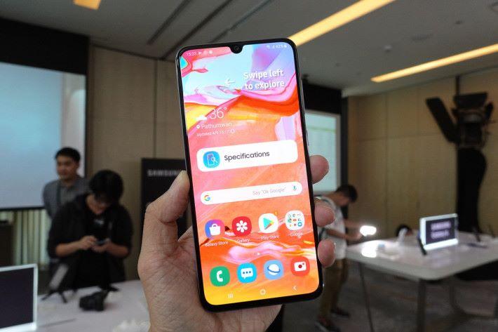 Galaxy A70 使用 6.7 吋「Infinity-U」水滴屏設計,握感恰到好處。