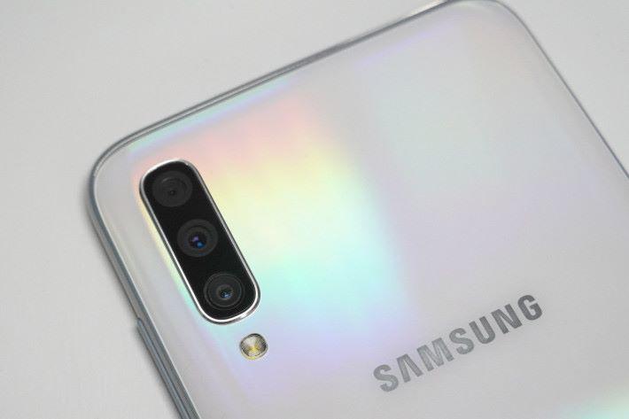 Galaxy A70 後置三主鏡頭由 32MP 主鏡、8MP 超廣角及5MP 景深鏡頭所構成。
