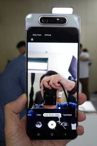由於有 ToF 鏡頭,可搜尋更多景深資訊,因此 Galaxy A80 具備「景深即時預覽影片」模式,拍片也可有虛化背景突出主體的效果。
