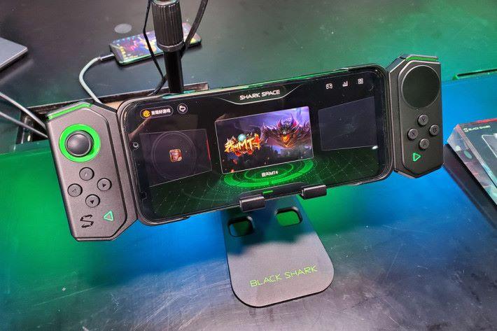 黑鯊游戲手機 2 可配合雙翼手柄,令打機操控更得心應手。