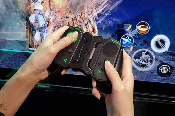 雙翼手柄更可離機使用,當黑鯊游戲手機 2 使用特製TYPE C 轉 HDMI 轉換線接駁電視後,即可有更強大的打機體驗。