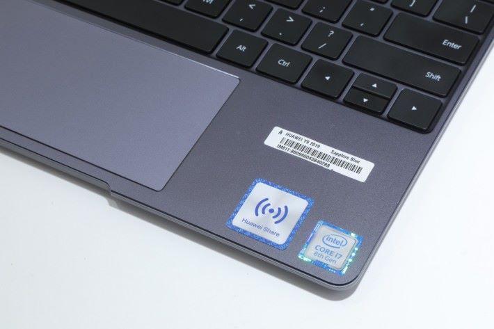 手機放在 HUAWEI Share 貼紙位置。