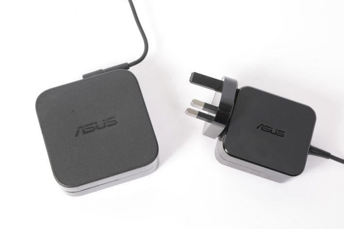 RT-AX92U 的火牛(右)比其他 ASUS Router 型號的火牛(左)細小得多。