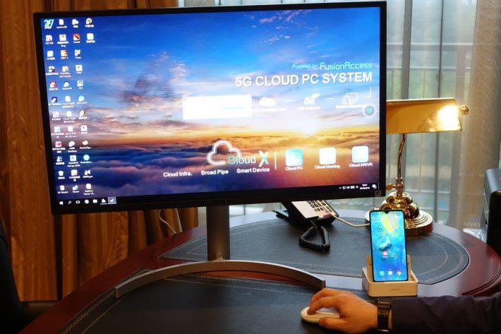 將智能電話插上底座,配合 5G 網絡支援雲端桌面電腦。