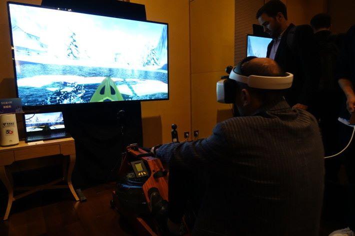 5G 有足夠寬頻傳送 VR 影像,以划艇遊戲配合健身。