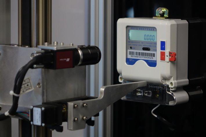 由機械人代替人手讀取電錶,用鏡頭讀取數值,並有機械臂重設電錶。