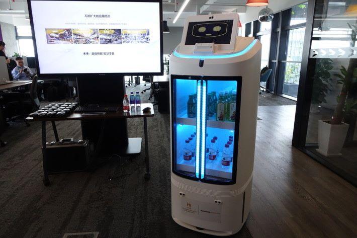將貨架變成零售機械人,適用在辦公室和商場等地。