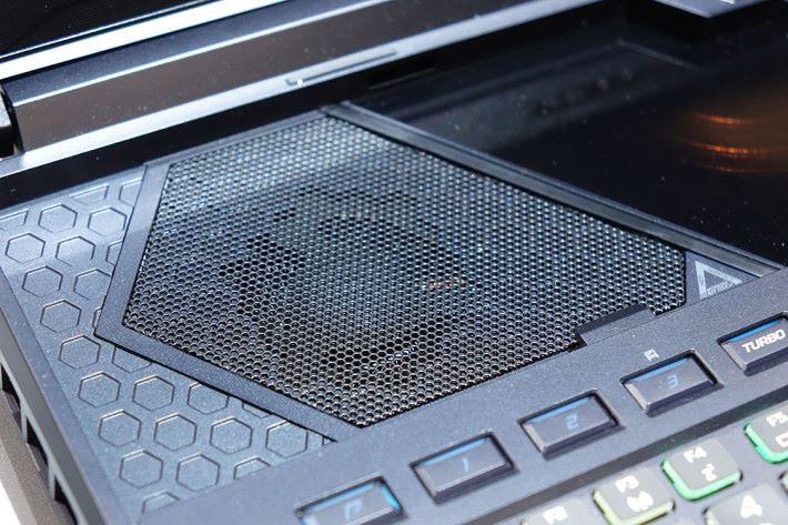 拉出鍵盤就會見到內置喇叭。