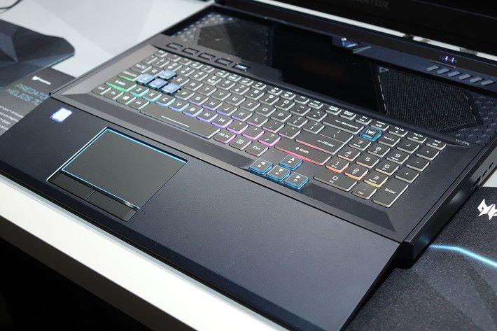 拉出鍵盤/觸控板部分就會形成斜台,鍵盤同時移前,有利正常操作。