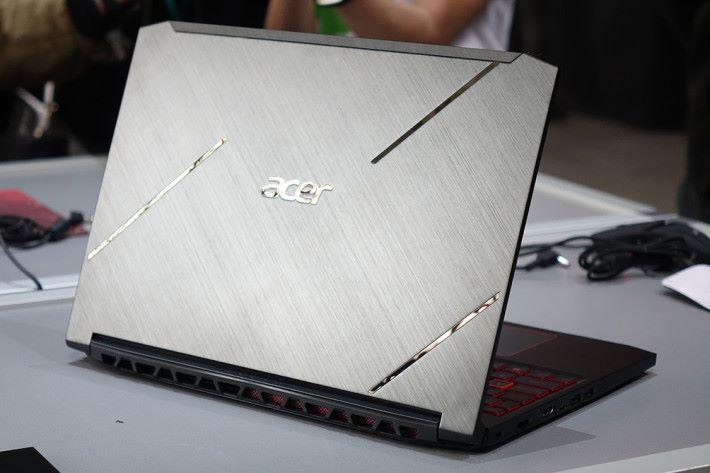 Acer Nitro 7 外觀金屬感較重,機身更薄。