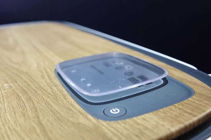 由於連接介面置於機頂,所以廠商特別設計保護蓋協助防塵。