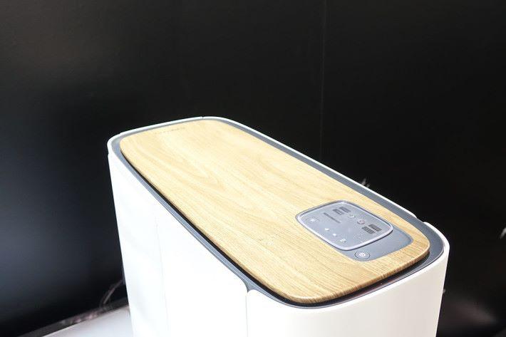 機頂除了加入木紋設計,更具備有無線充電功能。