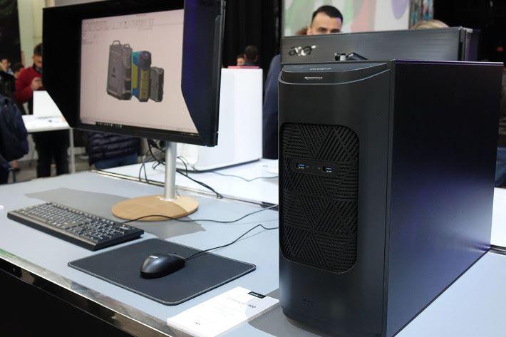 ConceptD 900 機身不大,但運算能力驚人,同時內建 6 把風扇幫助散熱。