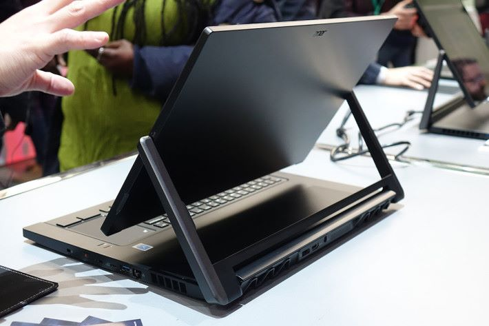 機身後方可見將鍵盤下移之後,屏幕便能作出一定斜度擺放。