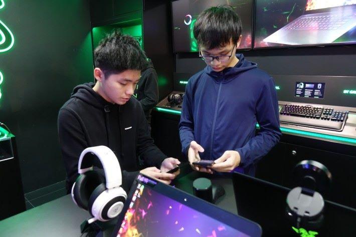 問到玩家應該從何途徑加入電競隊伍時,他們表示玩家該常參加比賽表現自己的實力,因為有眾多電競公司會透過其表現去提拔選手。