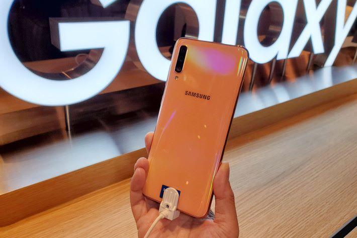Galaxy A70 備有黑色、白色珊瑚橙色,當中珊瑚橙色為 6GB RAM + 128GB ROM 版本。