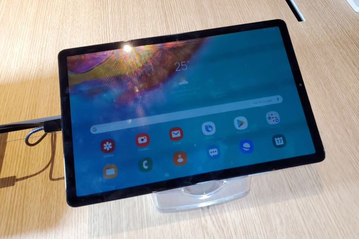 使用 10.5 吋 Super AMOLED 屏幕的 Galaxy Tab 5e,機身僅重 400g。