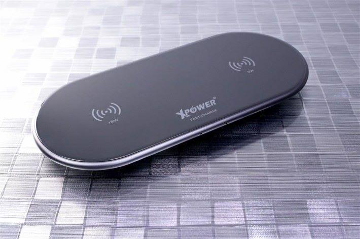 如果充電板表面沒有防滑物料,可能會讓手機滑開,影響充電效能。