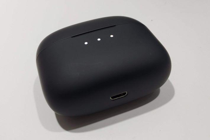 便攜式充電器使用 Micro USB 介面。