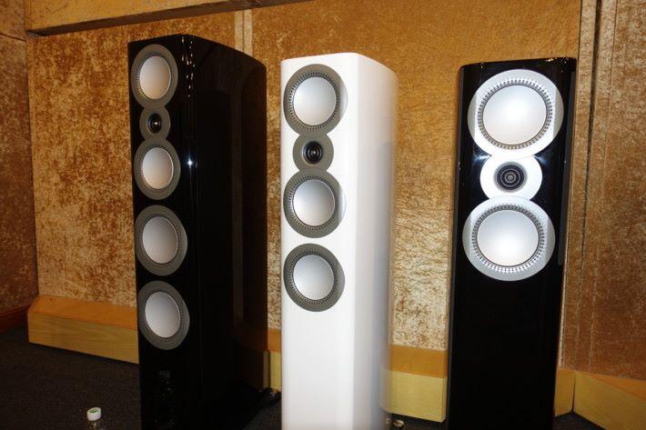 .因為使用空間限制, ZX-3 (右)小型座地會比較受香港消費者歡迎,傍邊的 ZX-4和 ZX-5(左)增加了低音單元,需環更大的聆聽空間。