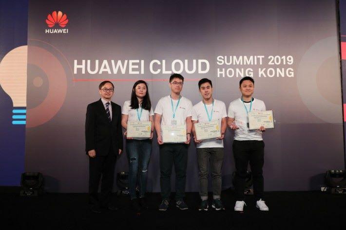 在峰會舉行期間,華為雲同時宣布香港 AI 開發者大賽得結果。是次比賽合共有 60 組團隊參賽,學生要基於華為雲 ModelArts 平台進行 AI 開發,並建立以「愛(AI)烹飪」為主題的識別食物模型,最後由香港科技大學的 BDT 團隊獲得金獎,並請來創新及科技局副局長鍾偉强博士頒獎。