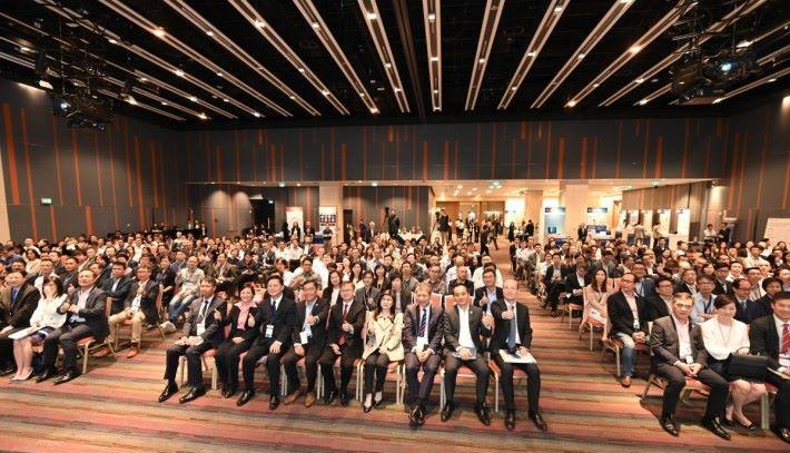 首個創新及科技商貿展覽 2019,有來自 50 多個特區政府決策局及部門的 300 多位高級政府官員出席,了解 40 間園區公司的創新及科技方案。