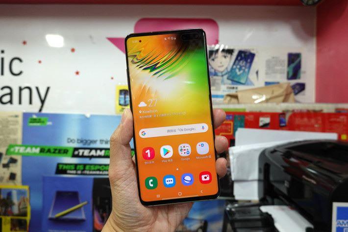 將 Galaxy S10 5G 拿上手,6.7 吋屏幕真的感覺巨大。