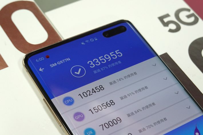 使用 Exynos 9820 八核處理器及 8GB RAM,AnTuTu 分數為 33 萬多,較 S855 的 S10+ 低少許。