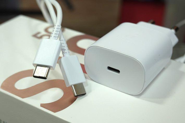 支援25W快速充電,而且充電器是使用 USB-C 介面,同現時的 S10+ 有所不同。