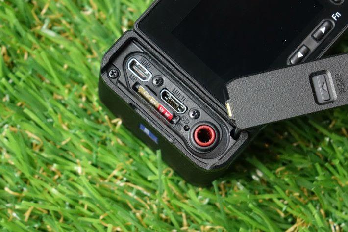 若嫌 RX0 II 收音不夠集中的話,用家可外接收音咪。
