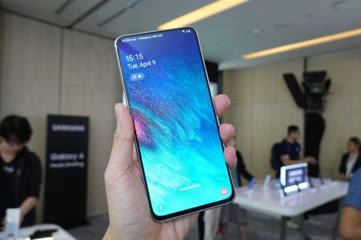6.7 吋屏幕的 Galaxy A80 拿上手,難免會感到一點點都巨大。