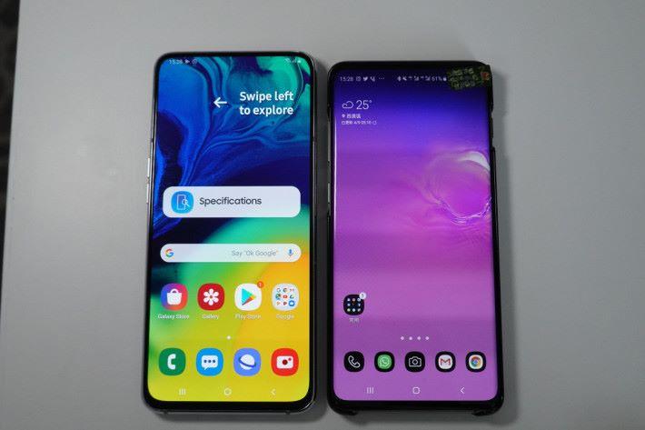 與Galaxy S10+(右)比較,Galaxy A80 因使用 6.7 吋屏幕,所以體積稍大。