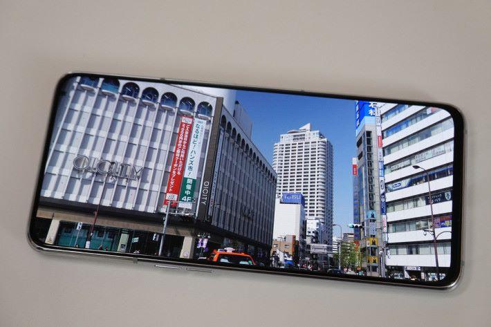 6.7 吋「New Infinity Display」全面屏觀看影片時有著極緻的視覺效果,比開孔屏幕更佳,顏色表現方面也維持 Super AMOLED 面板鮮豔的特性。