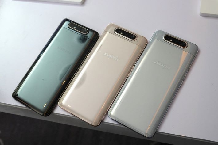 Galaxy A80 分別備有 Phantom Black、Angel Gold 及 Ghost White 三種顏色可選。