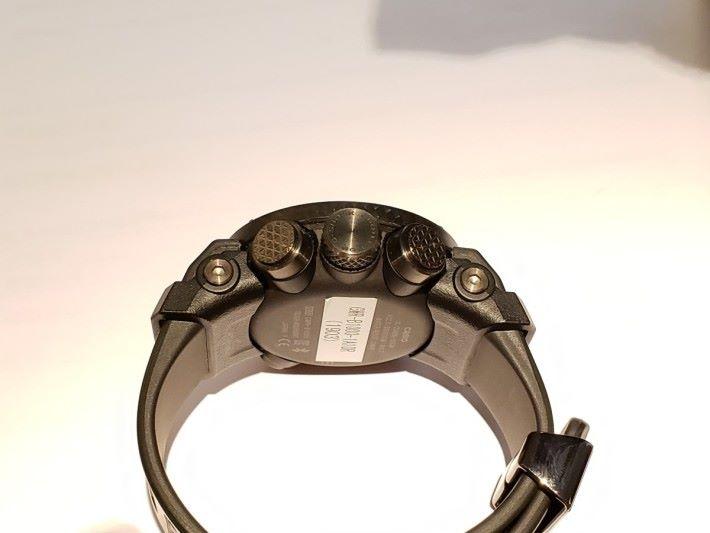 錶側每個按鈕的周邊都置於管道中,增加了按鈕的防護強度,亦更易操作。