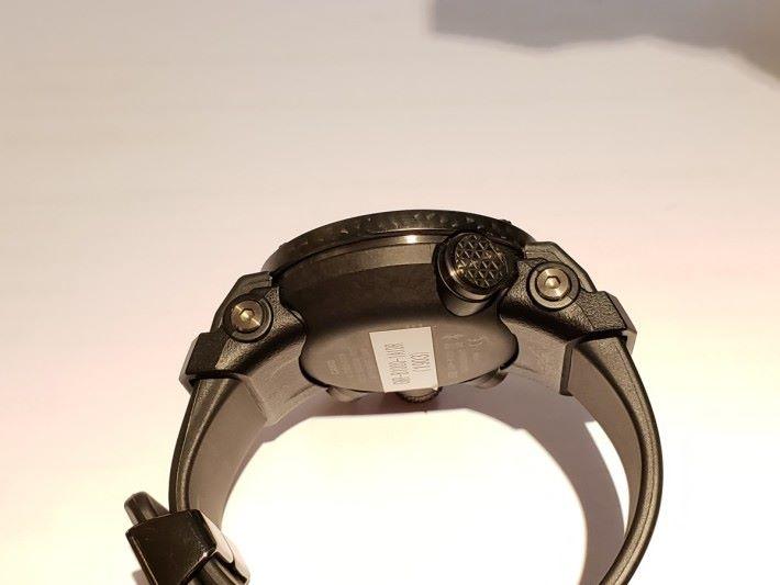 錶殻用上碳纖增強樹脂所製,有很好的抗衝擊性,而且錶殻及錶背做到無縫融入單體結構中,有效輕重量及提高抗衝擊性。