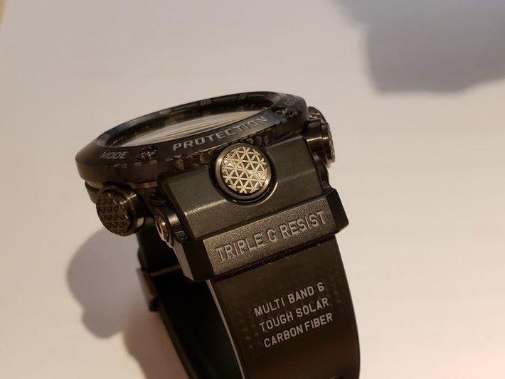 錶圈是以碳纖複合物料經層壓、機械加工及模壓而成,而錶圈及錶殻之間留有間隙,使部件能吸震。