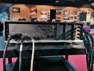 機背的端子齊備,除必需的數碼端子,連 MM 與 MC 唱放輸入都有。