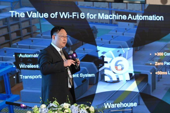 華為數據通信產品線園區網絡領域副總裁李興博士在大會上介紹 Wi-Fi 6。